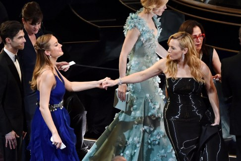 Brie-Larson-Kate-Winslet-Set-Oscars-2016-Moments-Vogue-26Feb16-Getty_b_1440x960